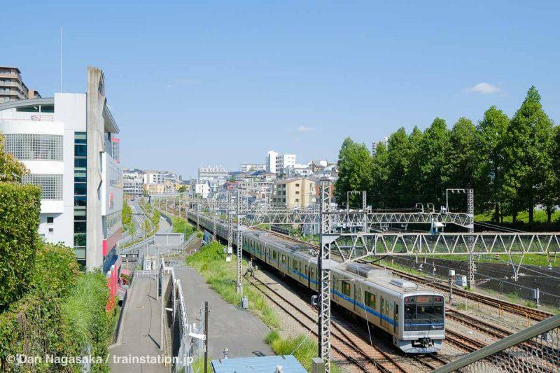新百合ヶ丘の万福寺大橋からの電車