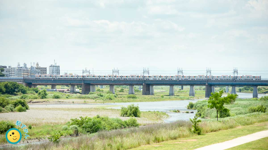 多摩川を渡る田園都市線の電車