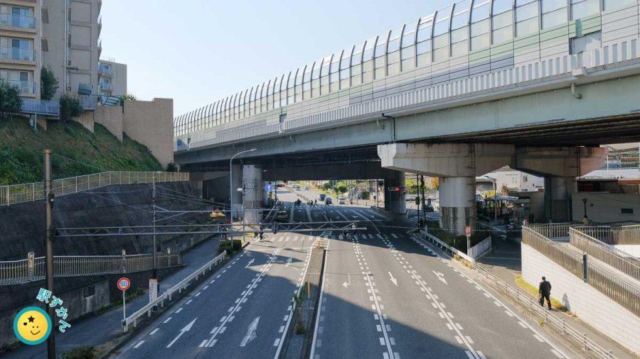 江田駅前の国道246号と東名高速道路