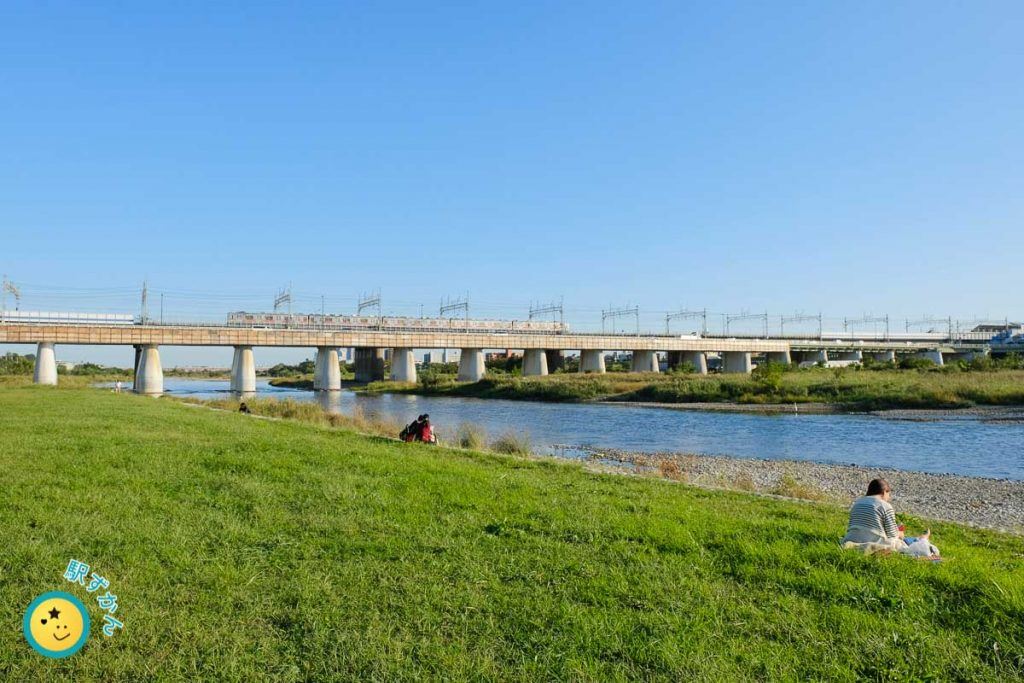 多摩川を渡る大井町線の車両
