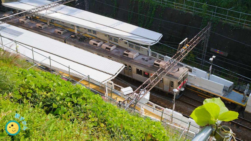 鷺沼駅ホームと電車